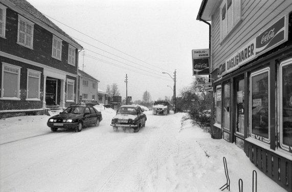 Sentrum av Eik utenfor Tønsberg 2. januar 1986. På høyre side av veien: Kolonial-butikken Finn Guteruds eft., senere overtatt av Bikuben-kjeden, idag storkiosk. På venstre side av veien er forsamlingslokalet Furuheim, det ble revet og tomten ble bebygd av Meny-kjeden. Idag Meny Eiktoppen.