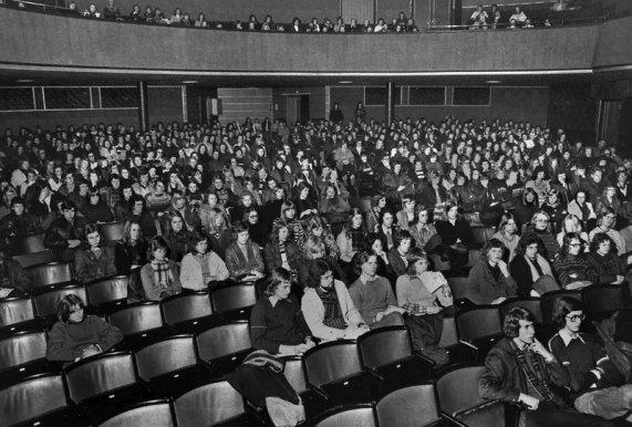Elever fra Tønsberg Gymnas på Tønsberg Kino i 1974. Kinoen ble innviet i 1933. Salen hadde 840 seter. 50 år senere, 29. juni 1983, ble den siste filmen vist. Politikere i Tønsberg hadde vedtatt å legge ned den kommunale kinoen, og i september samme år ble byggningen revet.