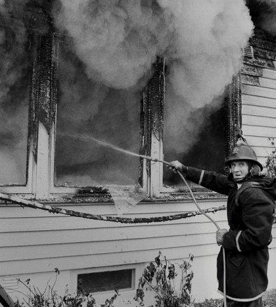 I påvente av vann som var vanskelig tilgjengelig, benyttet brannkonstabel Rolf Andresen seg av det som var nærmest under en boligbrann i Husvikveien i Tønsberg. 7. oktober 1983.