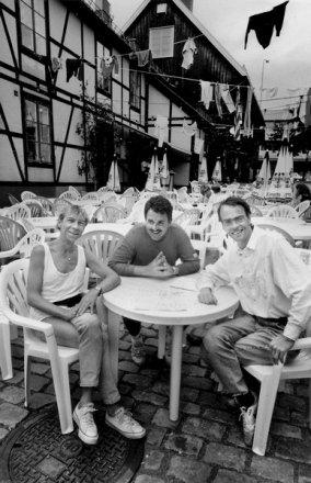 """Juni 1990 åpnet restauranten """"Tre små griser"""" uteserveringen i Sjøbodkvartalet i Tønsberg. Eierne Jahn Teigen (fra venstre), Helge Hammelow-Berg og Lage Fosheim nyter utelivet 13. juli samme år."""