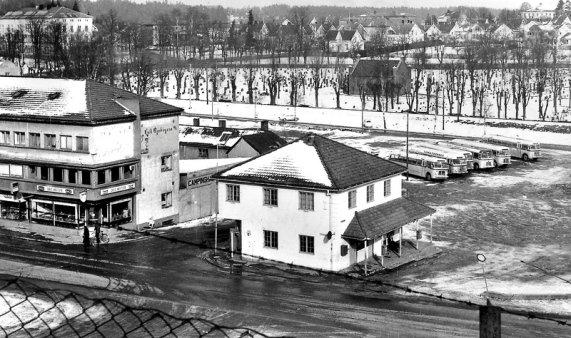 Stoltenbergsgate i Tønsberg ved Rutebilene Farmand. Bygningene er dagens Steen og Strøm Farmandstredet. Til venstre Chris Kafeteria. I midten venteværelset til Farmand. Øverst i venstre hjørne er Tønsberg Gymnas, som ble revet i 2008. Bildet er fra 70-tallet.