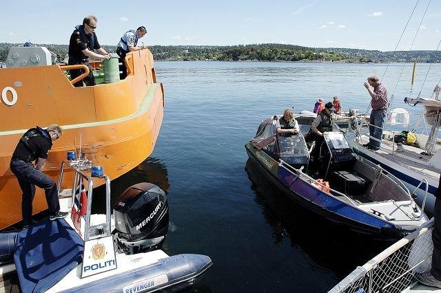 Politiet ankommer Malmøykalven etter at lekteren har blitt stanset under en av de mange aksjonene. Aksjonistene blir avkrevd personalia og anmodet om å flytte seg.