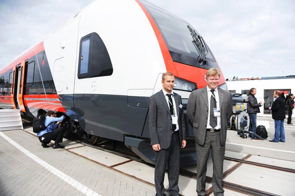 Prosjektleder Kjell Arthur Abrahamsen og teknisk direktør Tormod Gjermundsen er storfornøyde med de nye NSB-togene.