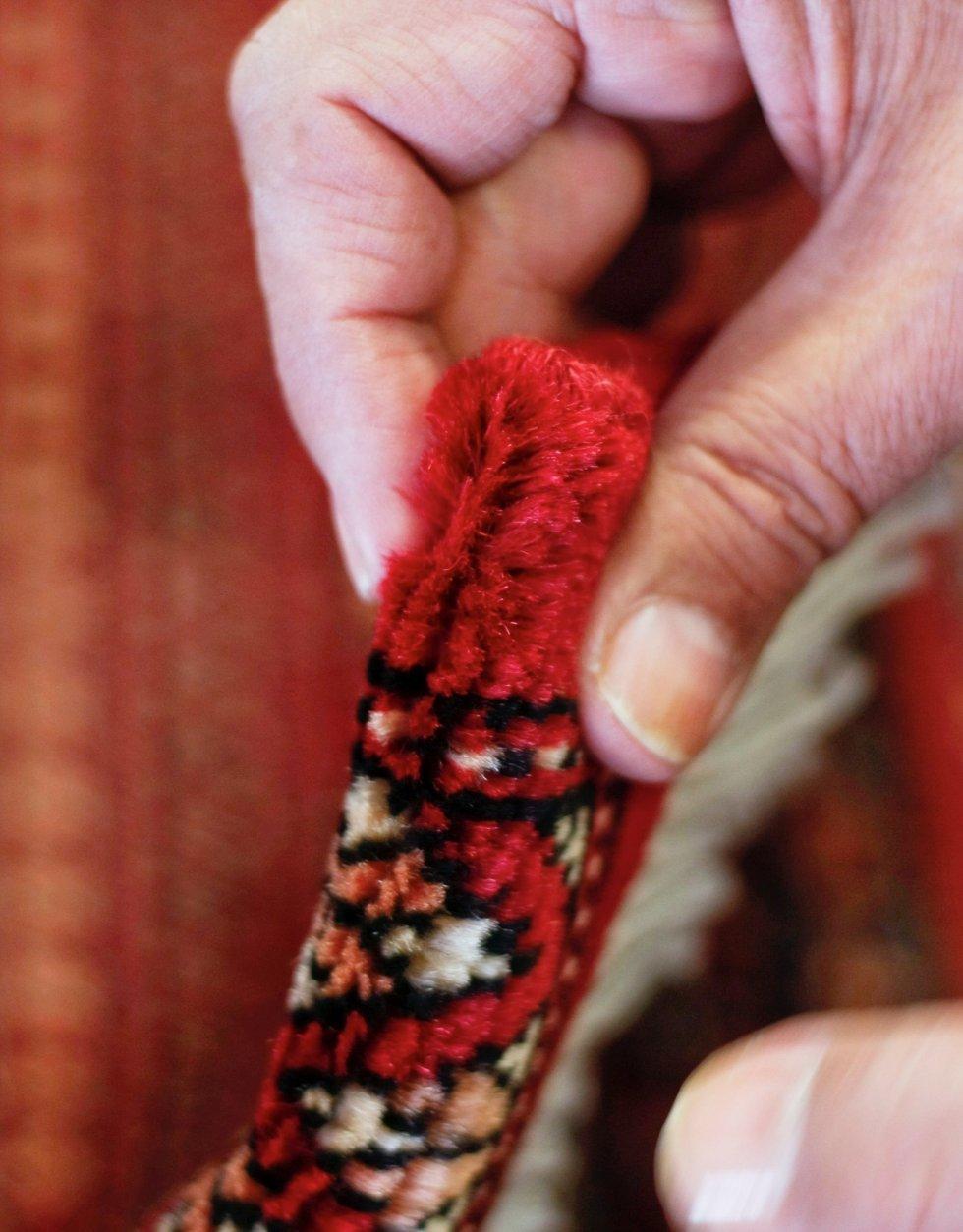 Et håndlaget teppe består av ull- eller silketråder knyttet rundt renningstrådene. Hvis du bretter teppet og prøver å trekke ut en tråd, vil du ikke klare det på ekte vare. På maskinvevde tepper, derimot, kan du lettere plukke ut trådstumper.