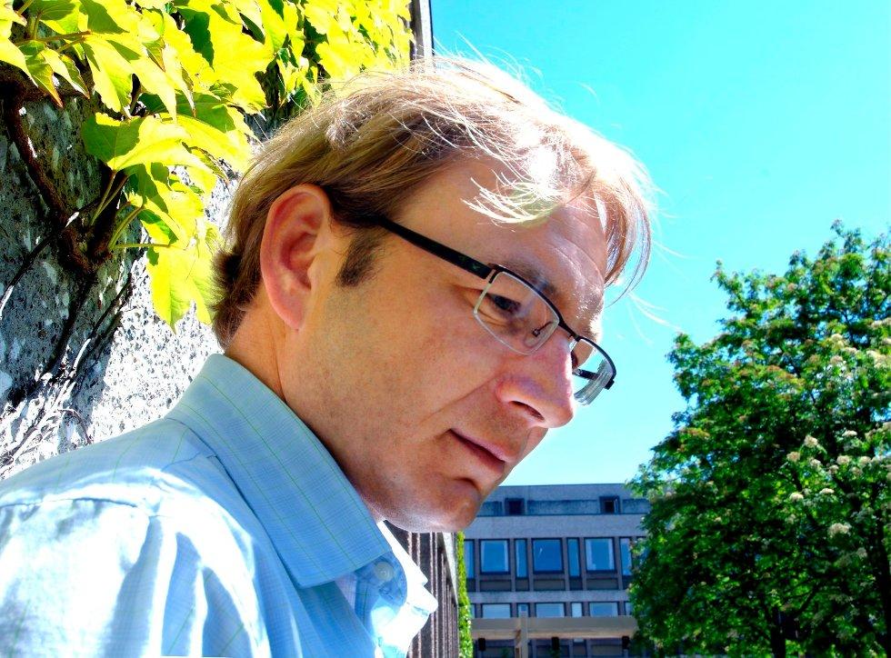 Ordfører Rune Kjølstad feirer kvinnedagen med å skifte bleier.