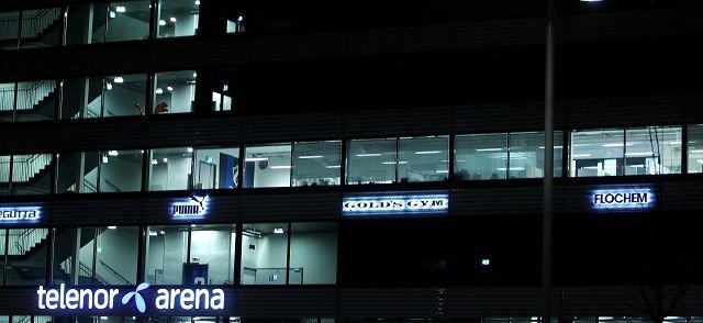 MØTEVIRKSOMHET: Det var mørkt på Telenor Arena onsdag kveld, med unntak av etasjen hvor Stabæk Fotball holder til. Hektisk møtevirksomhet pågikk hele onsdag kveld. FOTO: KARL BRAANAAS