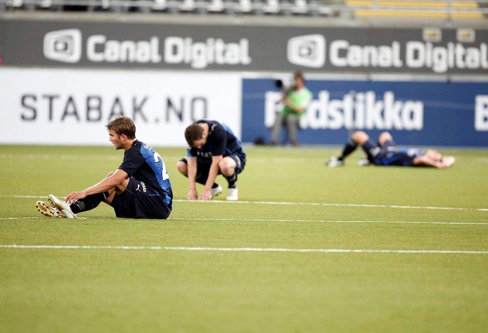 Stabæk-spillerne fortviler etter tap i seriekampen mot Rosenborg på Telenor Arena i juli. Nå står laget i fare for å tape arenaen som hjemmebane.