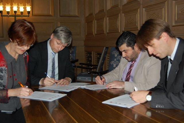 Krevende forhandlinger ligger bak budsjettforliket som ble lagt fram mandag ettermiddag. Her signerer Aud Kvalbein (KrF) (f.v.), Ola Elvestuen (V), Mazyar Keshvari (Frp) og Eirik Lae Solberg (H) forliket.