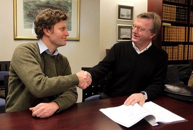 EN GOD DAG: Sjeldent god stemning under avtaleinngåelsen mellom styrelederne i Stabæk Fotball og Stabæk Holding, Lars Holter-Sørensen (t.v.) og Diderik B. Schnitler. FOTO: KARL BRAANAAS