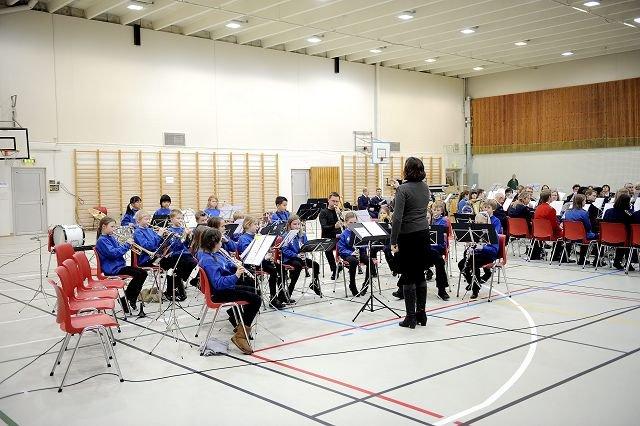 STARTET: Juniorene fra vertskorpset, Heggedal og Blakstad skolekorps, fikk æren av å starte årets konsert. FOTO: JOAKIM S. ENGER