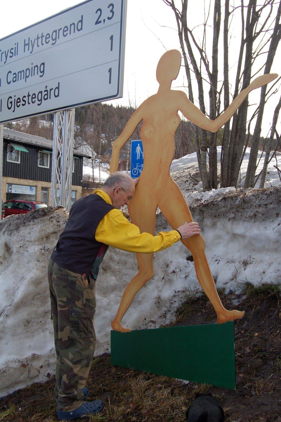 Sara i 2,5 meter finer skal lokke publikum til utstilling. (Foto: Ingrid Nylund)