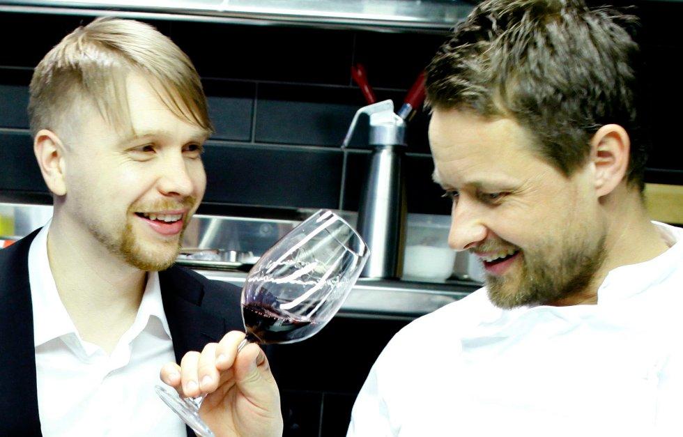 Vinkelner Robert Lie (t.v.) og kokk Øyvind Hjelle har til sammen 36 års erfaring fra restaurantbransjen. Nå skal de dele sin kunnskap med leserne.