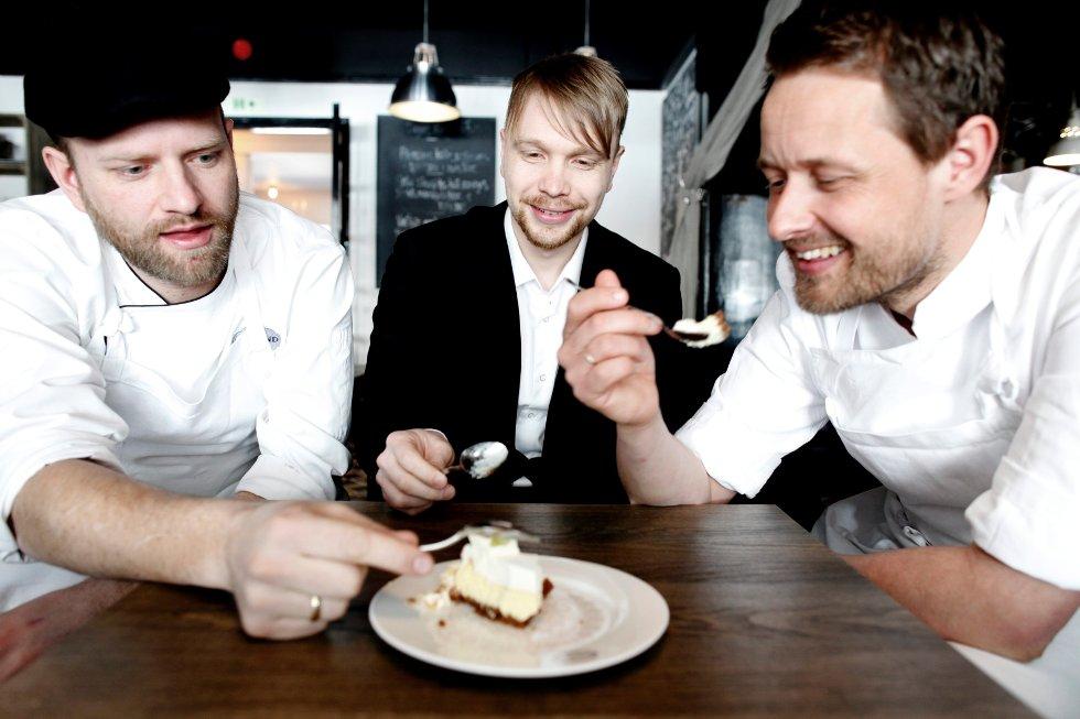 Tom Victor Gausdal (t.v.) overlater stafettpinnen til Robert Lie (i midten) og Øyvind Hjelle.