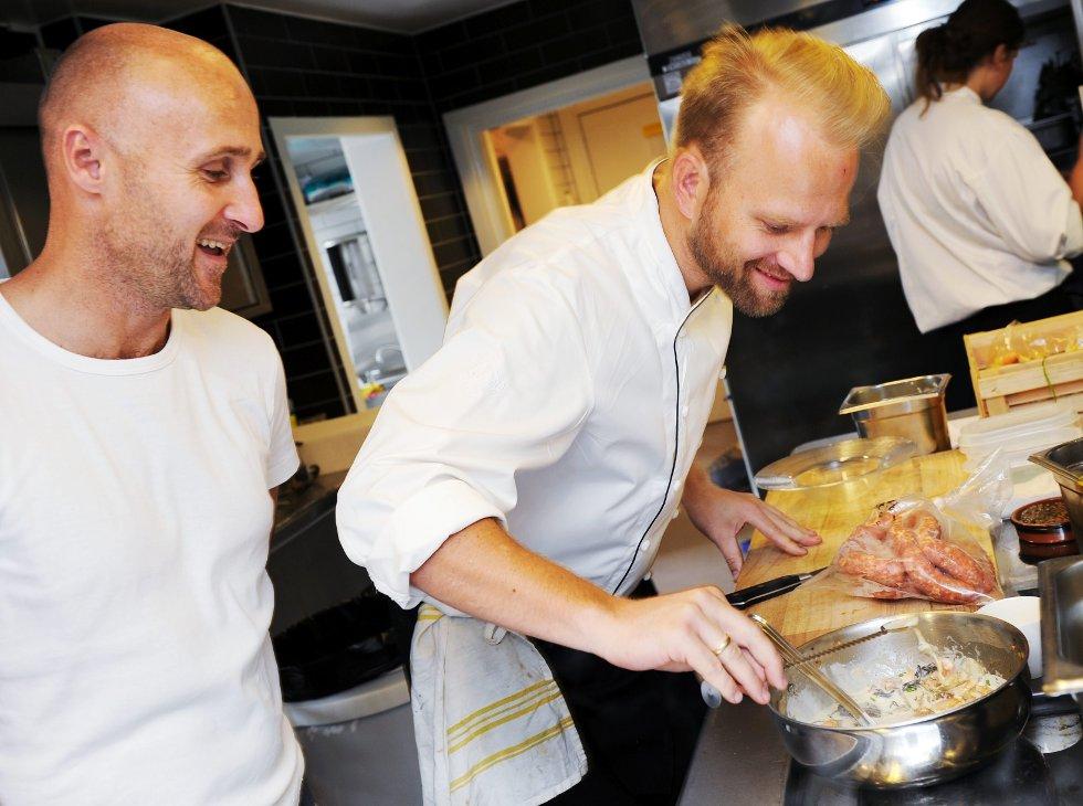 Ole Martin Alfsen (til venstre) og Tom Victor Gausdal slutter som henholdsvis vin- og matspaltist etter åtte år. I løpet av de årene har de skrevet cirka 420 artikler hver.