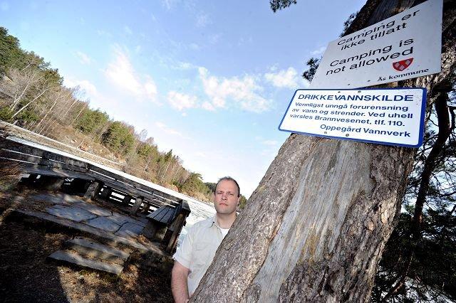 Glenn Kullberg frykter at all saltingen medfører dårligere vannkvalitet i drikkevannskilden Gjersjøen, og ser frem til en rapport som kommer i løpet av sommeren.ALLE FOTO OLE KR. TRANA
