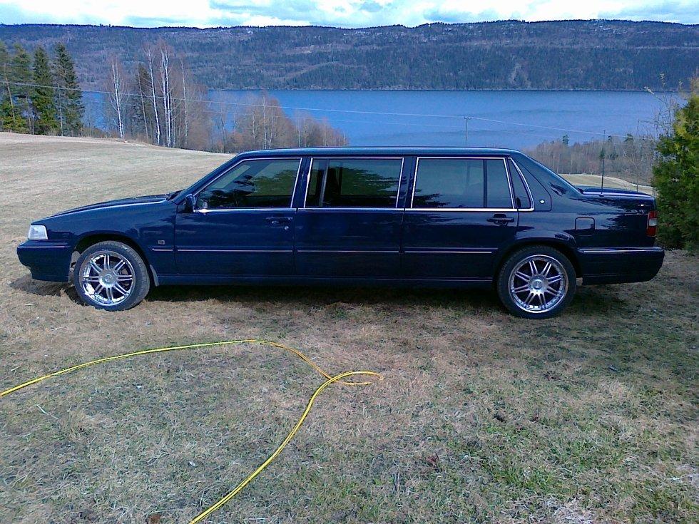 Dette er en 960 Limousine 5/7 seter. Denne bilen ble registrert Mai 1996     Denne har gått på Kongehuset frem til 1998.Denne bilen ble registrert Mai 1996     Neste eier er Bislet Limousine utleie å deretter hvert hos 2 utleie firma i Haugesund.     Jeg registrerte denne bilen på meg, 1 Desember 2009.     Jeg har kostet på denne sotede ruter og nye sommer og vinter felger.     Denne går med 235-40 18 på sommeren     Om vinteren har den 225-45 17     Denne har jeg som privat bil, siden jeg har 4 barn, fra  1 til 10 år å er kun innteresert  i å kjøre Volvo.     Detter er en meget morsom bil, siden det ikke er så mange Volvo Limousiner etter veien, så vekker denne bilen mye oppmerksomhet.     Drømmen har alltid hvert å ha en Limousine, så nå har jeg en bil, som jeg er glad i å ha. det er barna også.          Innsendt av Morten Treffen     3410 Sylling