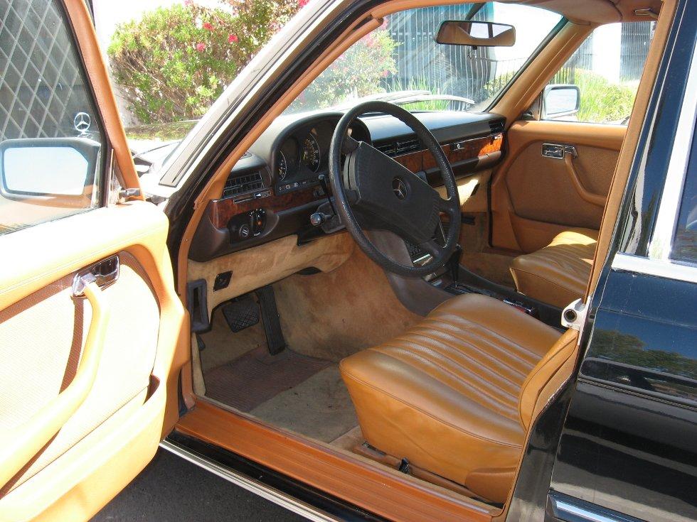 1980 Mercedes 6.9. En av de store klassikerne med ytelser som få andre biler kan vise maken til.     Tørrsump smøring og hydraulisk fjæringssystem. Bilen kostet det dobbelte av hva en Rolls Royce Silver Shadow kostet på samme tid. Bilen er unik i kjøreegenskaper og komfort. Motorene er et kapittel for seg, og noen mener det er en av verdens beste, og fabrikken oppgir at de klarer fint 1 million kilometer uten store påkostninger. Fra 150 km/t til 250 km/t er det få biler selv i dag som følger denne på Autobahn. Gått hele sitt liv i California, men nå i Drammen.          Innsendt av Finn