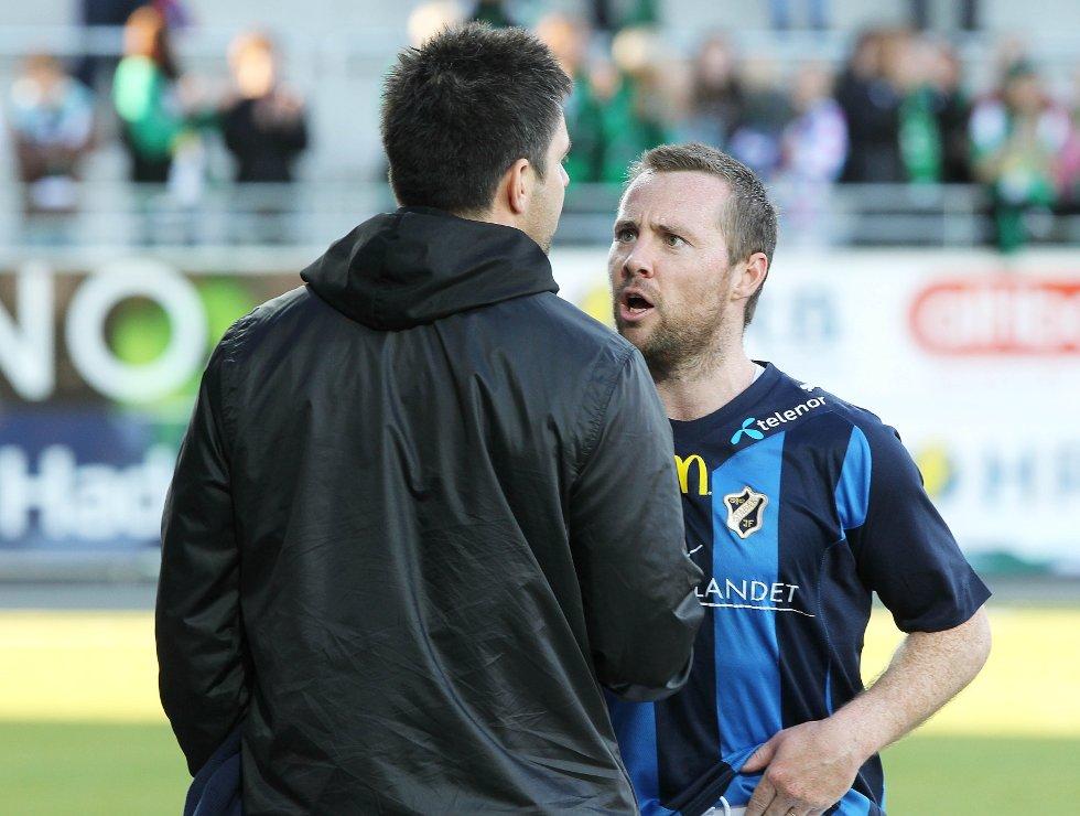 Veigar Páll Gunnarsson kan være på vei tilbake til Stabæk. Her i diskusjon med Stabæks sportslige leder Inge André Olsen i fjor.