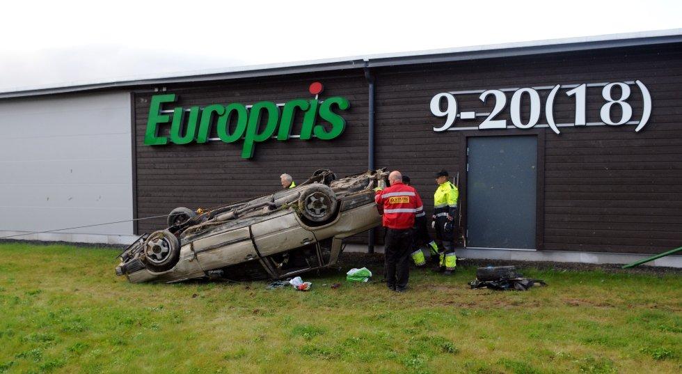 Totalt seks personer skal ha oppholdt seg i denne bilen. Fire av disse var to timer etter ulykken søndag morgen fortsatt ikke gjort rede for, opplyser politiet. (Foto: Sverre Viggen)