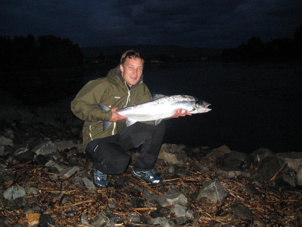 Andreas Narverud viser stolt fram laksen på 7,2 kilo som han fikk på kroken nedenfor Hellefossen under åpningshelgen for årets laksefiske.