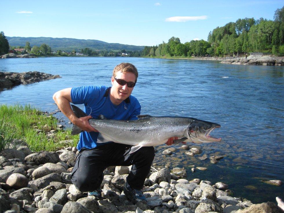 Andreas Narverud viser stolt fram sin største fangst på 14,6 kilo.