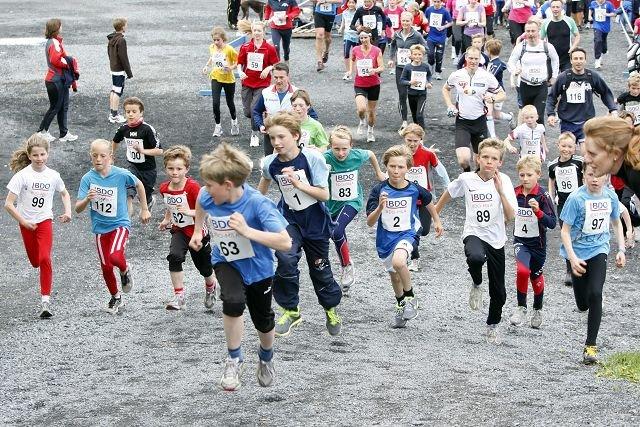FOLKSOMT: 550 deltagere var med i BDO-mila på Fossum tirsdag kveld. FOTO: TORE GURIBY