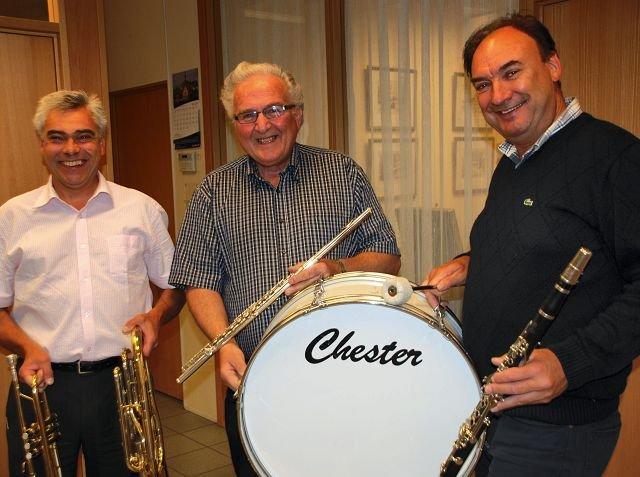 GIVERGLEDE - Nå skal det bli instrumenter nok til de nye musikantene, sier Thorbjørn Tofteberg (fra venstre) Per Andersen i banken til skolekorpsets Edgar Lunde.