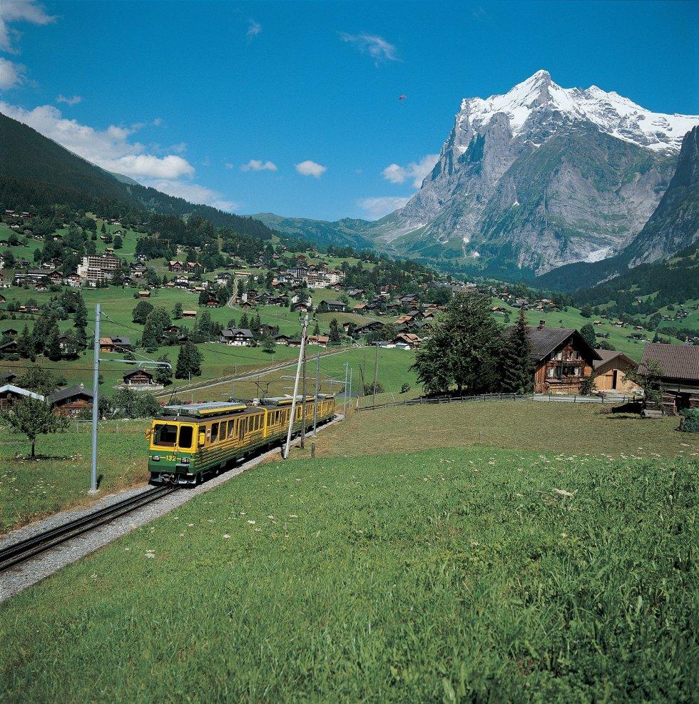 Wengernalpbahn tar deg opp til skistedet Wengen og Kleine Scheidegg (2065 moh).
