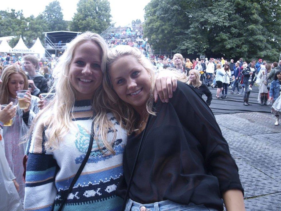 Mari Abrahamsen (18) og Synnøve E. Pettersen (18) fra Tønsberg. (Foto: )