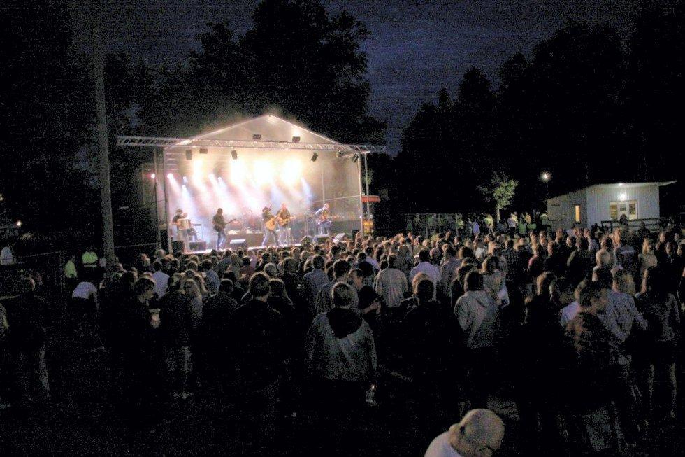 OVER 1100: Det var tettpakket i Hof-Åsa da Vassendgutane dro i gang med sin konsert lørdag kveld. (Alle foto: Tor-Arne Rønning)