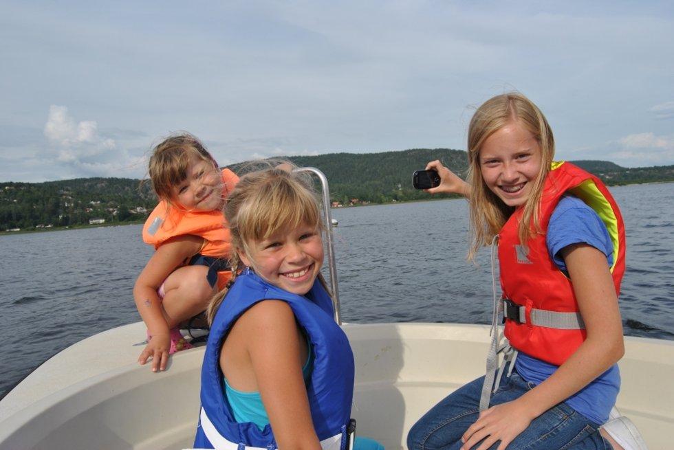 Erle Kroghrud (4), Aurora Kroghrud (7), og Hannah Kroghrud (11) knipset bilde av det store dyret i vannet.