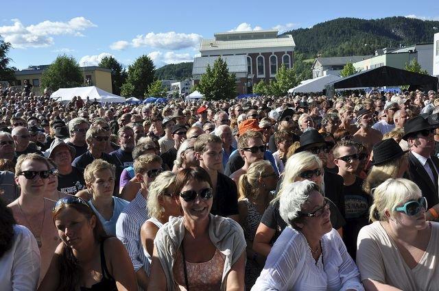 Fullt av folk: Det var fullt av folk på brygga i dag, trolig nærmere 6000.