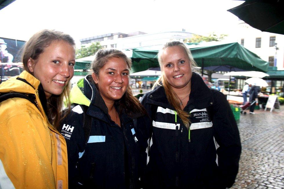 Tonje Løvold, Ida Marie Green Nilsen og Silje Breidablikk gleder seg til helgens høydepunkt: Koppekarusellen på tivoliet. Den skal testes ut i dag.