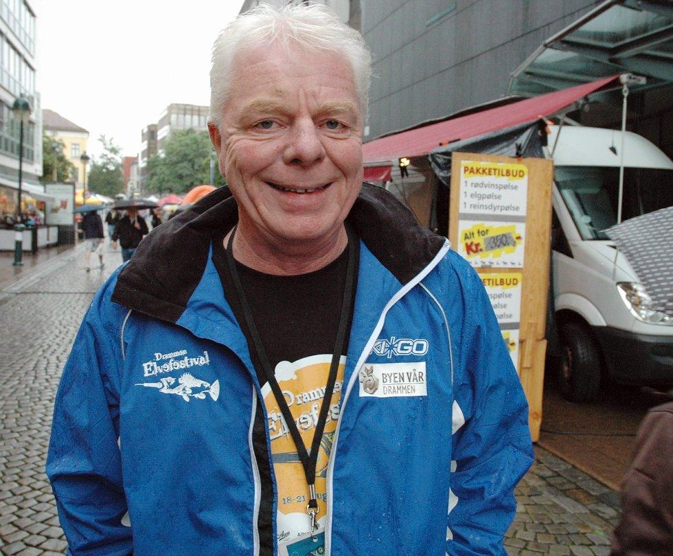 Jarle Thorgersen fra Drammen er sjef for bodgata i Øvre Torggate, som i år teller 46 boder. – Mange gjengangere, de trives i Drammen. Krysser fingre for bedre vær, sier han.