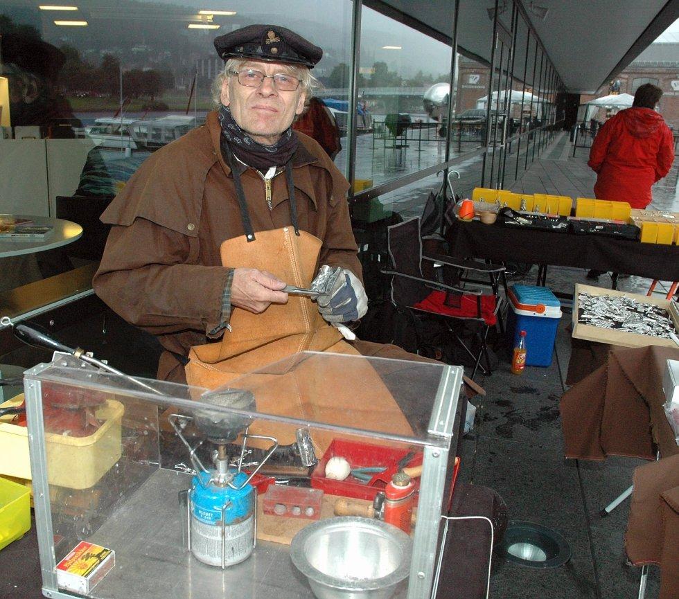 Terje Ellefsen og støper tinnsoldater og dyr. Den førtidspensjonerte ingeniøren fra Drammen tar gjerne imot elever for å lære bort håndverket.