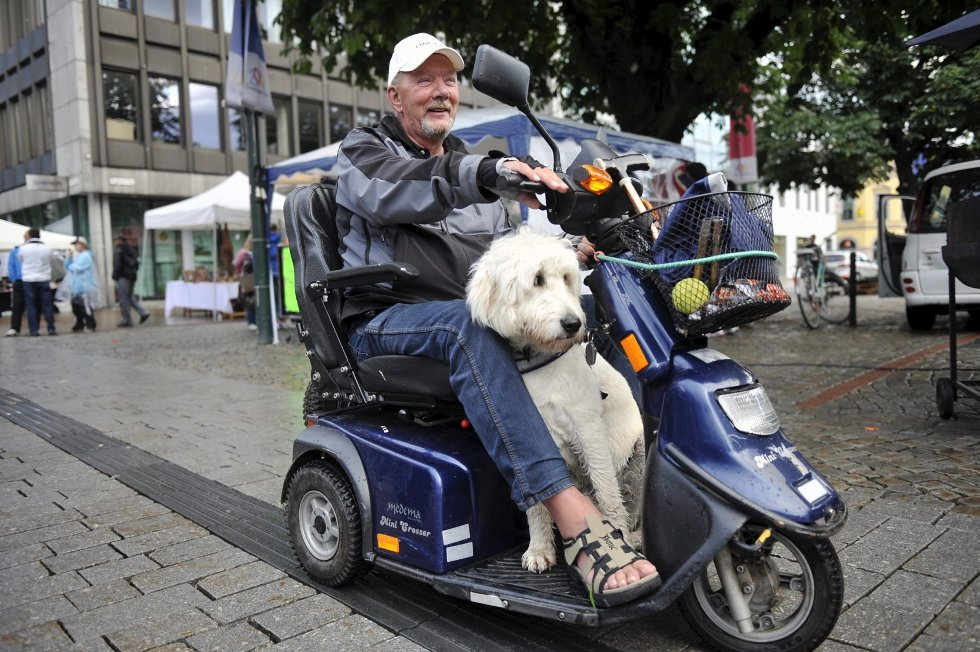 Arne Mikarlsen tok med seg hund og regntøy da han skulle sjekke livet i byen.     -  Det sluttet å regne. Da måtte jeg komme meg ut, forklarer Mikarlsen.