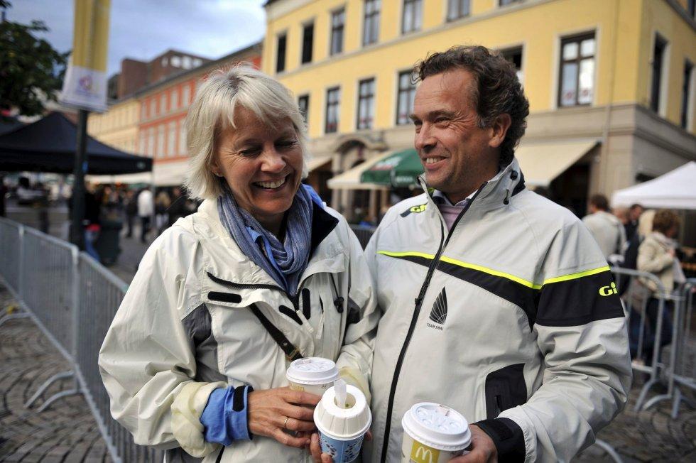 Maj Kristin Eggesvik og Morten Skjelbred har reist helt fra Bodø til Drammen for å se datteren spille vollyball.