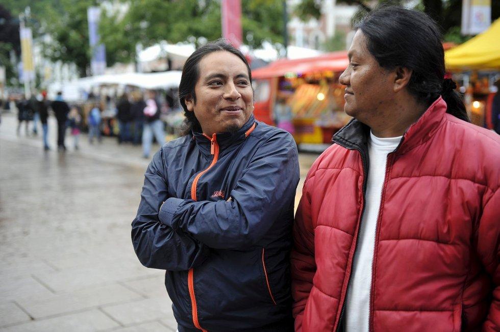 Hector Cabascango (t.v.) og Jaime Catacachi er som oftest kledd noe annerledes når de er på torget og opptrer. Men i går ville de heller se på livet i byen.
