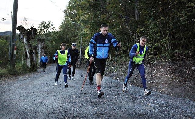 MOTBAKKER: Stavgruppa til Asker Skiklubb trener i Tveiterbakkene hver torsdag. Lars Petter Berg (t.v.) og Petter Riiser ligger i front, mens litt bak følger Ann-Birgith Haraldsen og Einar Hinrichsen. FOTO: KNUT BJERKE
