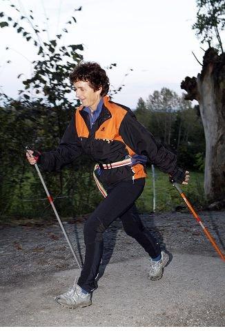 GOD TRENING: – Stavgang er fint for meg som har litt skulderproblemer. Dette er et godt alternativ til jogging, vi får opp pulsen her også, sier Ellen Haraldsen (59) fra Nesbru. FOTO: KNUT BJERKE