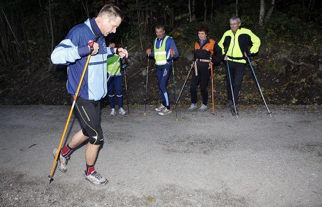 INSTRUKSJON: Lars Petter Berg instruerer de andre deltakerne i riktig teknikk. FOTO: KNUT BJERKE