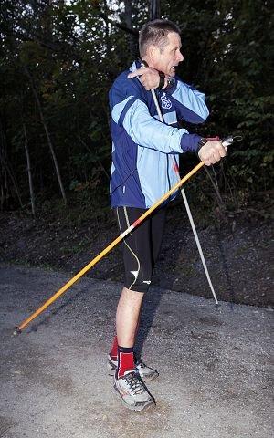 TEKNIKK: Lars Petter Berg illustrerer riktig teknikk i stavgang. FOTO: KNUT BJERKE