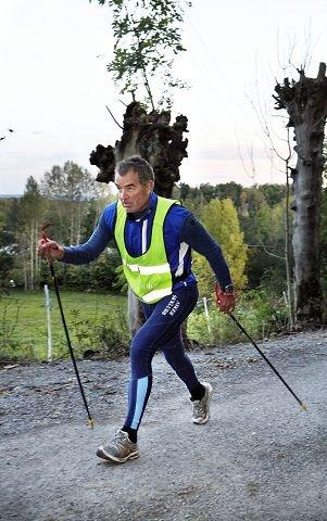 HUFSER: Petter Riiser i driv forbi Tveiter gård. FOTO: KNUT BJERKE