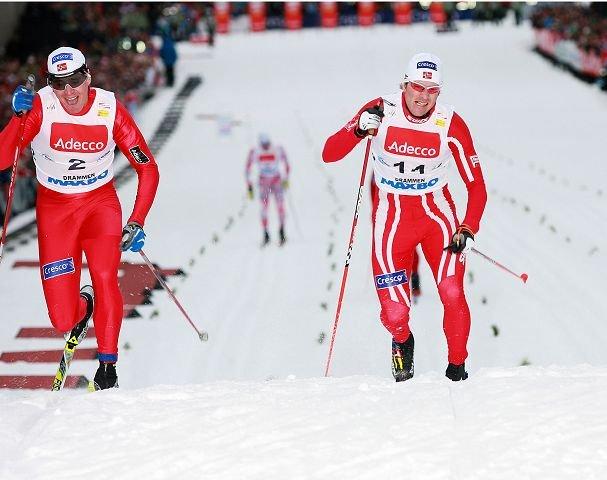 PÅ MÅLSTREKEN: Ola Vigen Hattestad (til venstre), 2 VM-gull i 2009, VM-sølv i 2011, 2 ganger sammenlagtvinner i sprint, beseirer Lommedalens Jens Arne Svartedal på målstreken.Foto: Johanne Thorseth