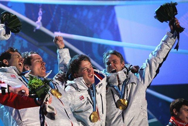 TRE AV FIRE: Fra venstre Ole Einar Bjørndalen, Emil Hegle Svendsen, Tarjei Bø og Asker Skiklubbs Halvard Hanevold (ikke NTG) var godt fornøyd etter stafettgullet i OL 2010.