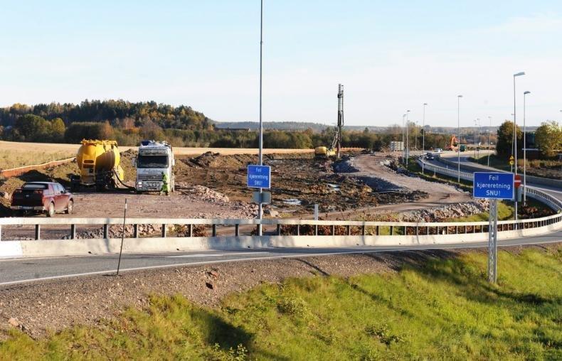 Anleggsarbeider langs E18 ved Sem. Anlegget er gjerdet inn mot jordene