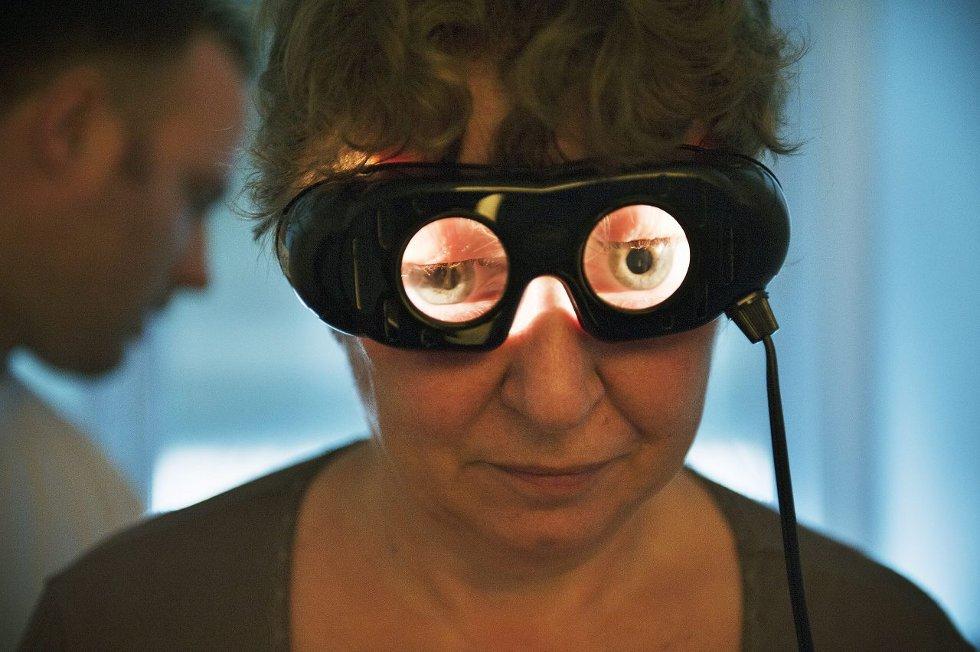 Bente Oseth ser bare lys gjennom brillene. Balansefysioterapeut Dino Trbonja tester øye/ koordineringsevne.  FOTO: FREDRIK VARFJELL
