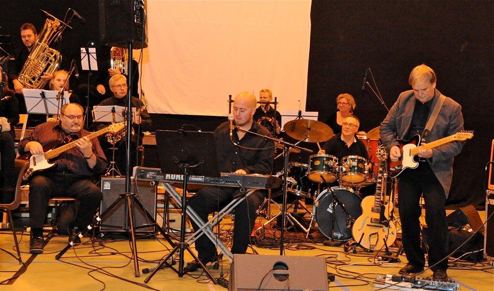 Bandet Pondus, her fra showkonserten med Sande Musikkorps sist høst, skal sørge for god festivalstemning utover kvelden og natta.
