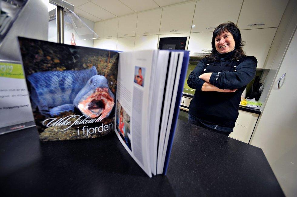 I «Den kulinariske Oslofjorden» vises flotte bilder fra livet både over og under vann. Hoveddelen av boka er viet oppskrifter med råvarer du finner langs fjorden. FOTO: OLE KR. TRANA