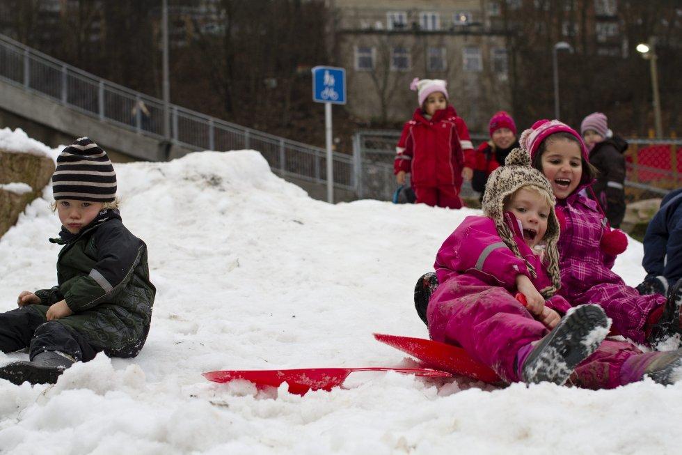 Ungene i Kværnerbyen kastet seg ut i snøen med liv og lyst.